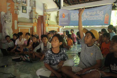 Pelatihan Komputer oleh BBC di Banjar Serongga, Gianyar