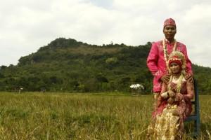Foto pernikahan di Lamongan dengan latar belakang bukit