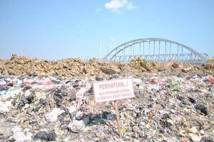 sampah berserakan di sepanjang jalan. foto falahi mubarok.