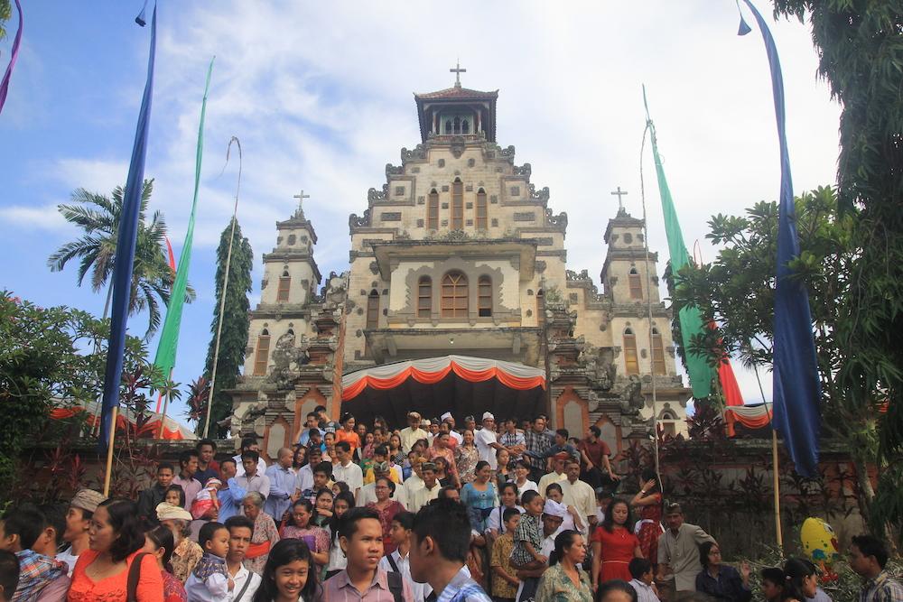 Umat Katolik di Palasari setelah sembahyang Natal