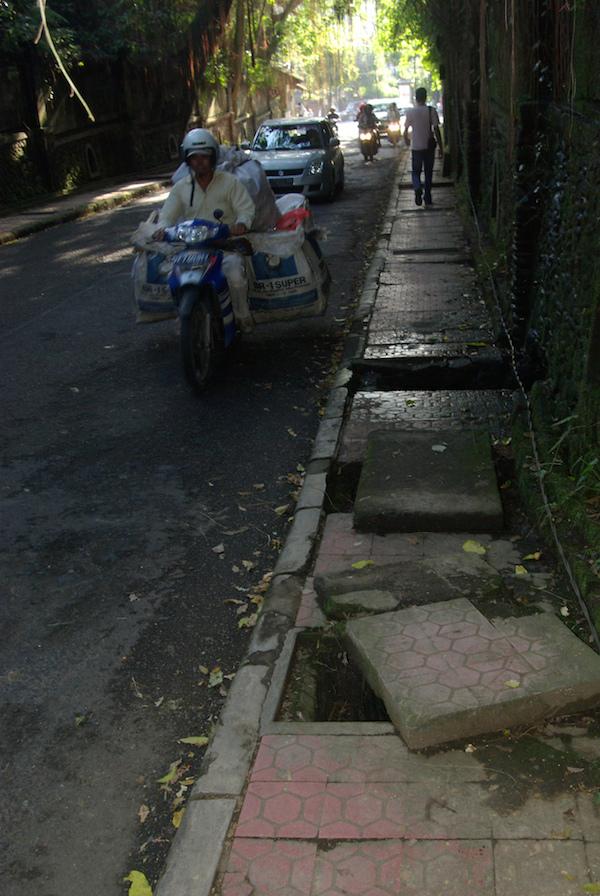 Trotoar di Ubud. Foto flickr.com/paulcornish