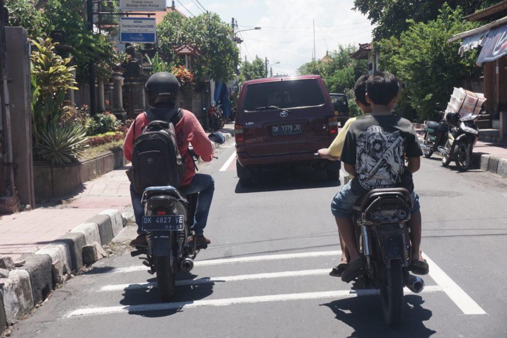 Anak-anak naik motor di Denpasar tanpa helm