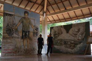 Foto petani garam Amed di depan mural karya Peanut Dog. Foto Luh De Suriyani.